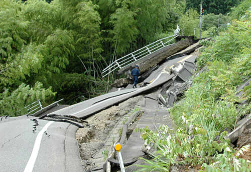 road_destroyed_by_japan_quake.jpg